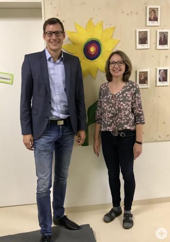 Bürgermeister Clemens Moll und Frau Dietenberger vor einer Sonnenblume