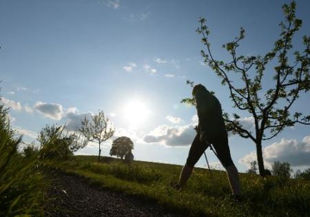 Wanderer läuft auf den Kapellenberg