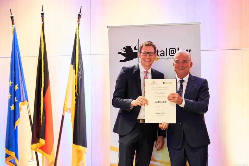 Herrn Clemens Moll vertritt die Gemeinde und nimmt die Urkunde für die Auszeichnung als Digitale Zukunftskommune BW entgegen.